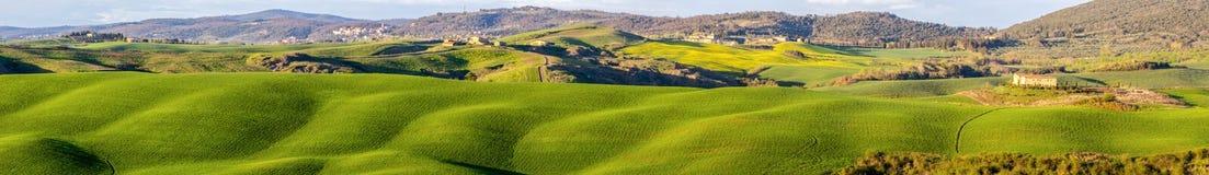 Tramonto sopra campi in Toscana fotografie stock libere da diritti