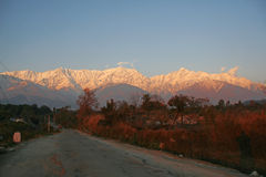 Tramonto sopra gli intervalli himalayan snowpeaked fotografie stock libere da diritti