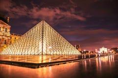 Tramonto sopra i motivi del Louvre immagine stock