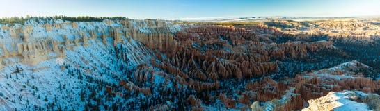 Tramonto sopra i pendii del canyon coperti in neve, Bryce Canyon National fotografie stock libere da diritti