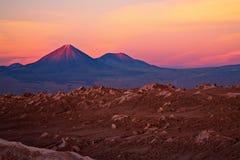 Tramonto sopra i vulcani e la La Luna, Cile di Valle de Immagini Stock Libere da Diritti