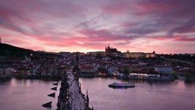 Tramonto sopra il castello di Praga e di Charles Bridge, repubblica Ceca video d archivio