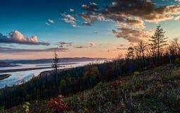 Tramonto sopra il fiume Amur in autunno tardo Fotografia Stock Libera da Diritti