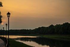 Tramonto sopra il fiume contro lo sfondo delle lanterne Fotografie Stock