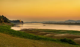 Tramonto sopra il fiume di Irrawaddy in Bagan fotografie stock