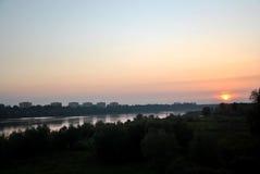 Tramonto sopra il fiume in Polonia Fotografie Stock