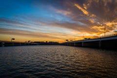 Tramonto sopra il fiume Potomac ed i ponti in Washington, DC Immagini Stock