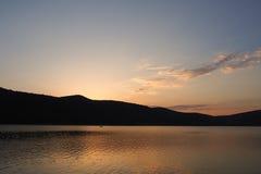 Tramonto sopra il lago Abrau Fotografie Stock Libere da Diritti