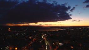 Tramonto sopra il lago del mare e della città Vista aerea di Varna, della Bulgaria e della cattedrale del presupposto archivi video