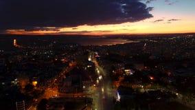 Tramonto sopra il lago del mare e della città Vista aerea di Varna, della Bulgaria e della cattedrale del presupposto stock footage