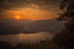 Tramonto sopra il lago di como fotografie stock