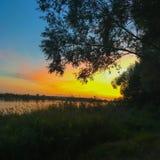tramonto sopra il lago di estate immagine stock