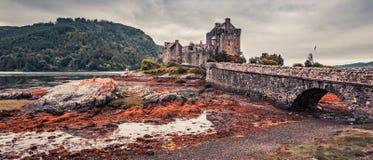 Tramonto sopra il lago a Eilean Donan Castle in Scozia fotografia stock libera da diritti