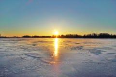 Tramonto sopra il lago Onega, isola Russia della Carelia Kizhi Immagine Stock