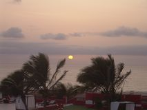 Tramonto sopra il mare nel verde di Cabo dell'isola di vista del boa Immagini Stock