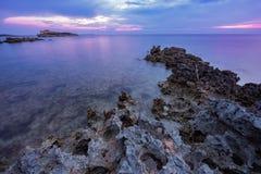 Tramonto sopra il mare nella costa ovest sarda, Italia fotografia stock