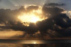 Tramonto sopra il mare visto fotografie stock