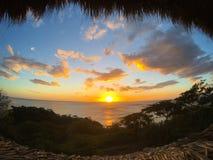 Tramonto sopra il Pacifico dal nostro bungalow Immagine Stock Libera da Diritti