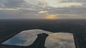 Tramonto sopra il paesaggio del lago ed il piccolo lago stock footage