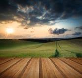 Tramonto sopra il paesaggio della campagna con il pavimento di legno delle plance Immagine Stock Libera da Diritti