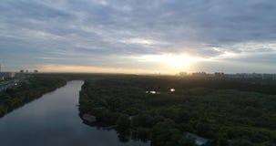 Tramonto sopra il parco di verde di Mosca stock footage
