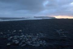 Tramonto sopra il rejnisfara nero della spiaggia in Vik Immagini Stock Libere da Diritti
