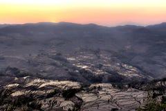 Tramonto sopra il terrazzo del riso in Yuanyang, il Yunnan, Cina Immagine Stock