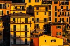 Tramonto sopra il villaggio di Cinque Terre di Manarola in Italia immagini stock libere da diritti