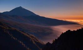 Tramonto sopra il vulcano di Teide in Tenerife, Isole Canarie, Spagna Bello paesaggio fotografia stock libera da diritti