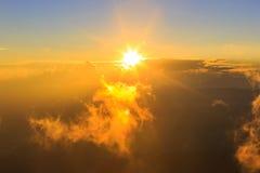 Tramonto sopra l'alta montagna e la nuvola Fotografia Stock