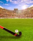 Tramonto sopra l'arena del hockey su prato con attrezzatura sul campo Fotografie Stock Libere da Diritti