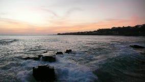 Tramonto sopra l'Oceano Atlantico con le rocce nella priorità alta fotografie stock