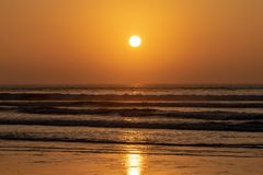 Tramonto sopra l'Oceano Atlantico dalla spiaggia di Agadir, Marocco fotografia stock