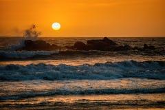 Tramonto sopra l'oceano dalla spiaggia rocciosa Fotografia Stock Libera da Diritti