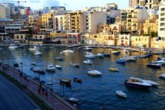 Tramonto sopra la baia della st Julians a Malta immagini stock libere da diritti