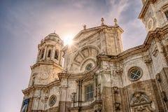 Tramonto sopra la cattedrale di Cadice fotografie stock libere da diritti
