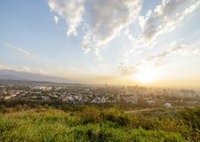 Tramonto sopra la città di Almaty, il Kazakistan Fotografia Stock Libera da Diritti