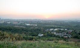 Tramonto sopra la città di Almaty, il Kazakistan Immagine Stock