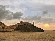 Tramonto sopra la città di Portoferraio fotografia stock libera da diritti
