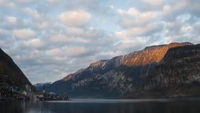 Tramonto sopra la città ed il lago Hallstatt stock footage