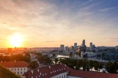 Tramonto sopra la città moderna di Vilnius fotografia stock libera da diritti