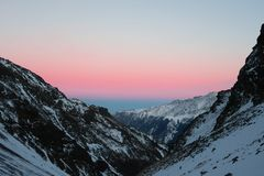 Tramonto sopra la cresta delle montagne La Russia La Russia fotografia stock