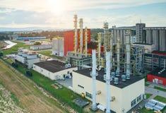 Tramonto sopra la fabbrica del combustibile biologico Fotografie Stock
