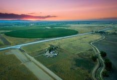 Tramonto sopra la fattoria sulle pianure orientali in Colorado immagine stock