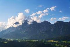 Tramonto sopra la gamma di montagne di Dachstein nelle alpi del Nord Schladming del calcare Immagini Stock