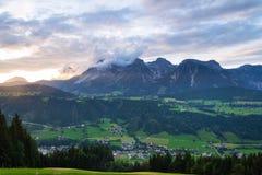 Tramonto sopra la gamma di montagne di Dachstein nelle alpi del Nord Schladming del calcare Fotografie Stock Libere da Diritti