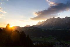 Tramonto sopra la gamma di montagne di Dachstein nelle alpi del Nord Schladming del calcare Fotografia Stock
