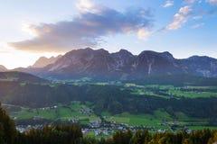 Tramonto sopra la gamma di montagne di Dachstein nelle alpi del Nord Schladming del calcare Fotografia Stock Libera da Diritti