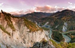 Tramonto sopra la gola di Ruinaulta nella valle del Reno della Svizzera il giorno tardo di autunno fotografie stock libere da diritti