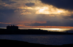 Tramonto sopra la linea costiera fotografia stock